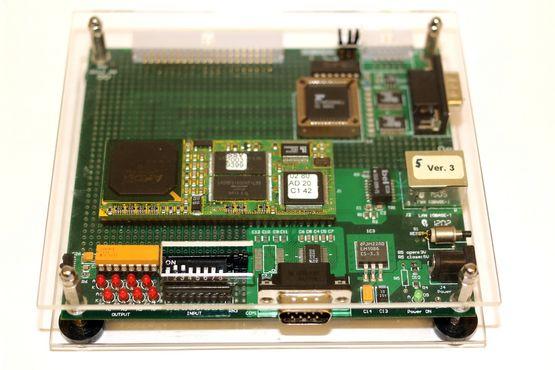 Zielsystemhardware mit RS-232 Schnittstellen (COM Ports) und LAN-Schnittstelle.