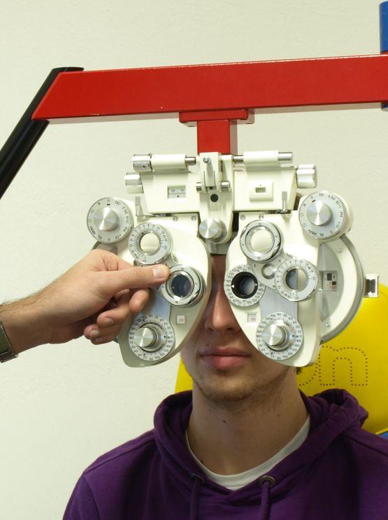 Übung zur subjektiven Refraktionsbestimmung per Phoropter