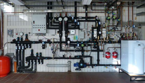 Installationswand-Energiezentrale mit Erdwärmesystem + Wärmepumpe